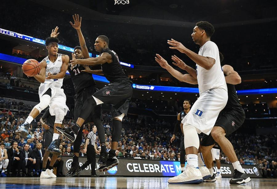 Duke guard Quinn Cook (2) passes off to teammate Duke center Jahlil Okafor (15) during the second half on Sunday, March 22, 2015, at Time Warner Cable Arena in Charlotte, N.C. (Chuck Liddy/Raleigh News & Observer/TNS)