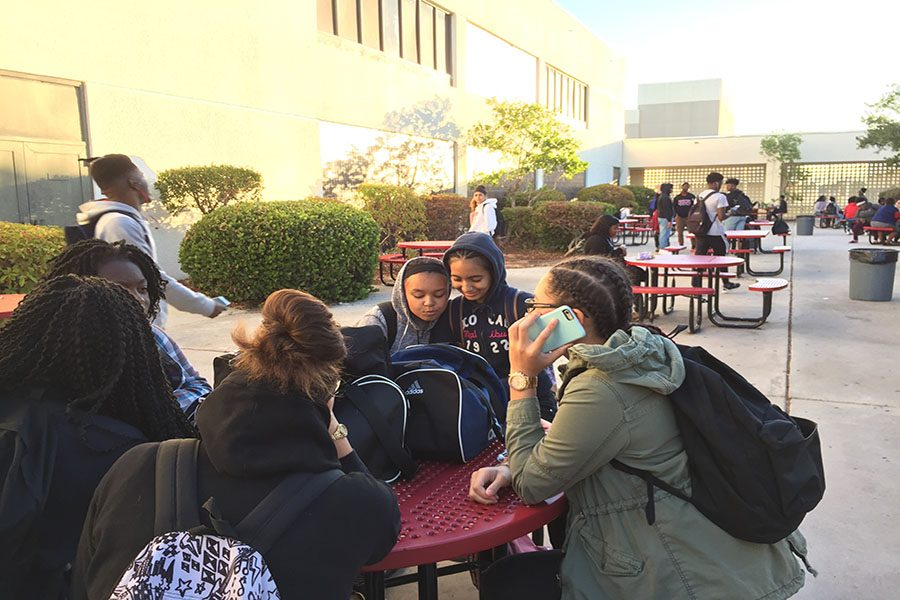 Students+try+to+stay+warm+in+the+courtyard